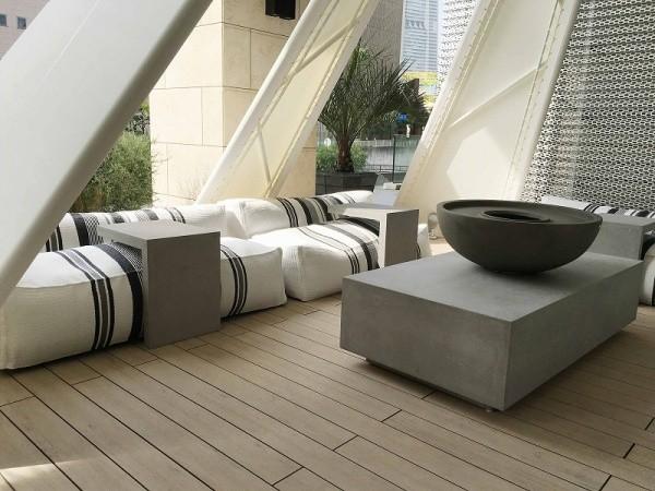 テントの中にソファー、グレーのモールテックスを使用したソファー用テーブルと大きなテーブル