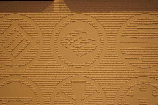 お寿司や徳利の紋が入った特殊校倉仕上げ壁施工後