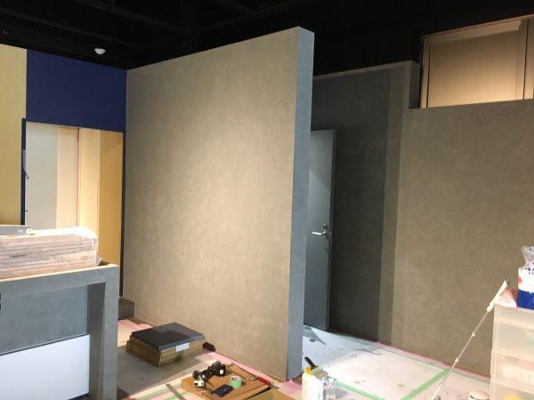 現場施工中写真中央の壁がコンクリート打ち放し風仕上げ