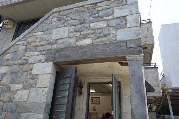講習を受けたギルドセメントは造形用のモルタル材なので、擬岩や擬石・擬木もできます。