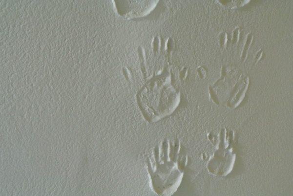漆喰に二つの手形