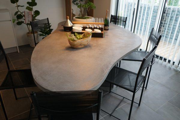 モールテックス楕円テーブルのある店内風景