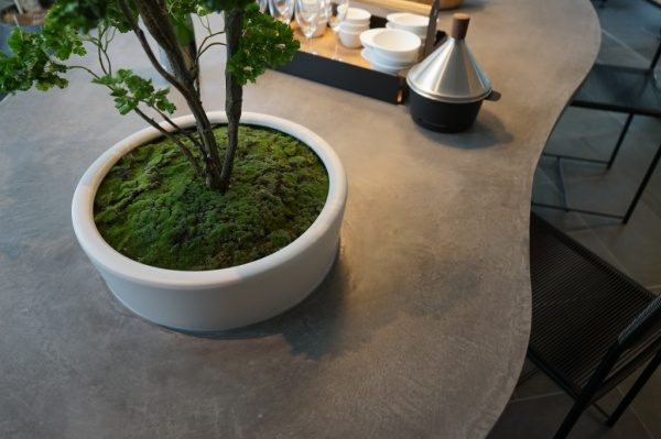 凹みに植木鉢を入れることができるモールテックステーブル