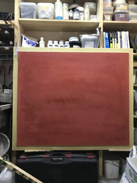 弁柄色の漆喰磨きの見本を作っています