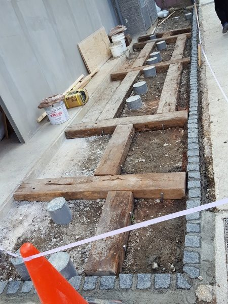 外構の床 枕木とピンコロ石を設置