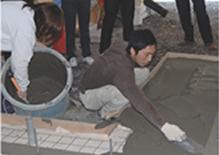 写真:社内塗り壁・防水・土間講習の模様