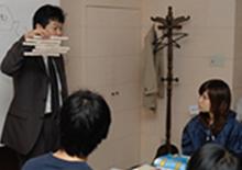 写真:社内タイル張り講習の模様