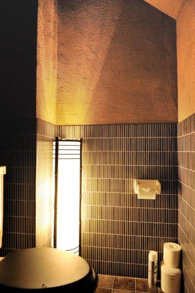 トイレ部分。腰までタイルを施工しました。ボーダーのタイルは左官との相性がいいです