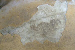 エポキシ剥がれが起きた状態の床のアップアングル