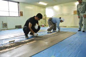床施工の講習の様子