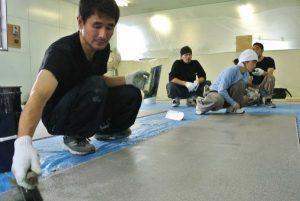 鏝で床施工をする講習の様子