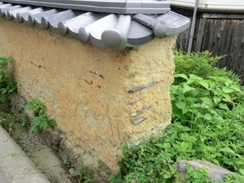 朽ち果てた土壁の表現