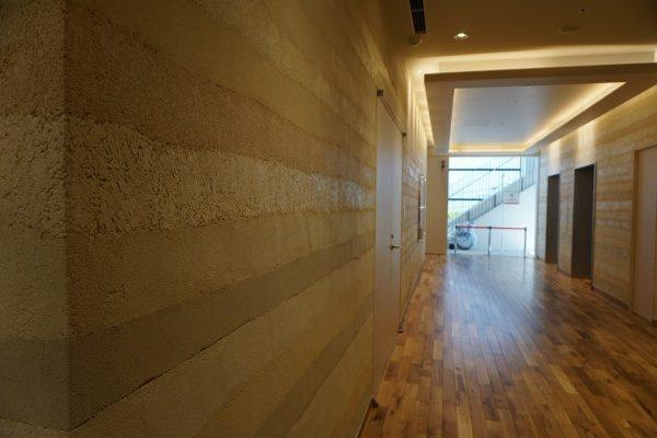 外国人観光客も集まるような施設で、明るい雰囲気の版築壁を作ることが出来ました