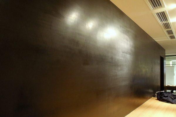当社でもよく黒漆喰の磨き仕上げを施工します