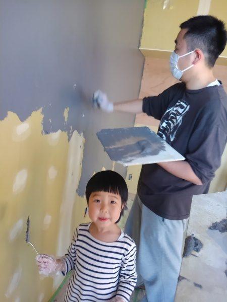 オリジナル漆喰「フルーフレ」家族4人で塗り壁にチャレンジ