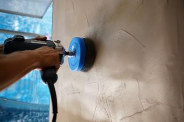 塗りつけておいた面を専用のブラシで研ぎ、表面の樹脂層を取って金属の面を出します