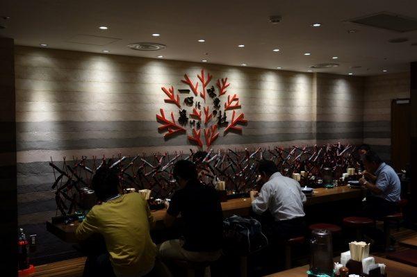 塗り版築壁東京駅ラーメンストリートカウンターバック壁