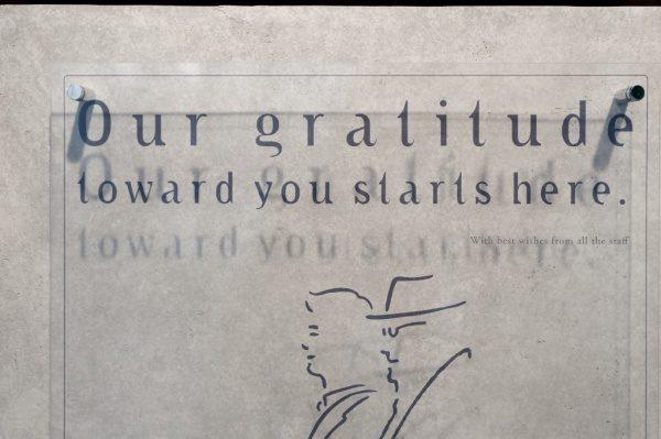 本のにほひのしない本屋神楽坂モノガタリのロゴと壁