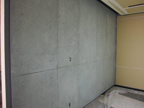 石膏ボードの上にコンクリート打ち放し風仕上げを施した壁