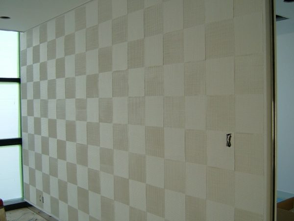 市松模様の櫛引き仕上げ壁