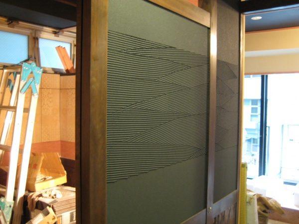 ランダムな櫛引き模様の壁