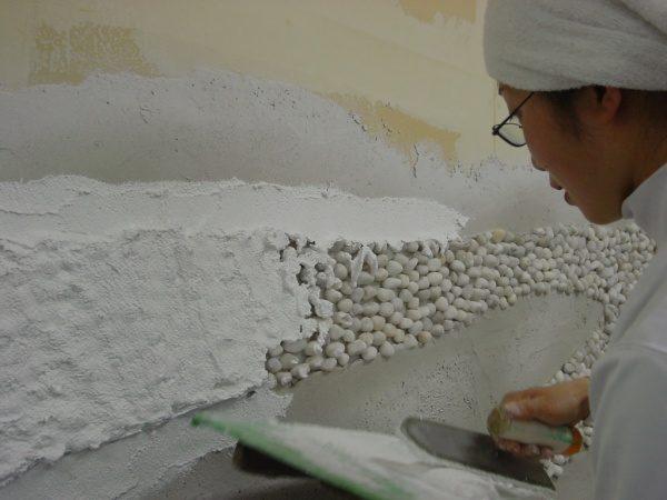 種石を埋め込んだ壁施工中