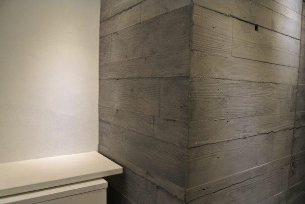 グレーのうづくり木目モルタル柱