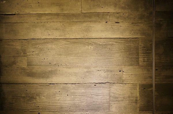 グレーのうづくり木目モルタル柱照明落とし