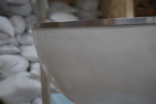 白いピカピカの半球テーブル