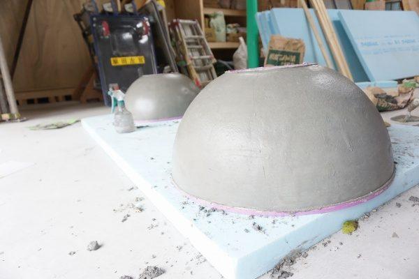 モルタル下塗りした半球2つ