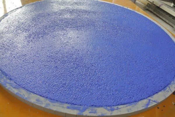 円形天板に青色ビールストーン塗りつけ後乾燥前