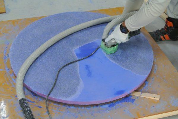 テーブル天板ビールストーン青の研ぎ出し中