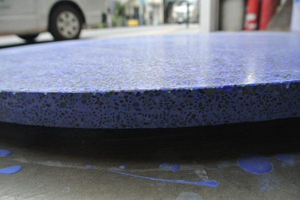 テーブル天板ビールストーン青の小口部分