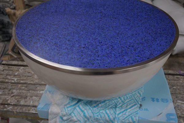 青ビールストーンの天板と下部が白ポリーブルで作成したテーブル