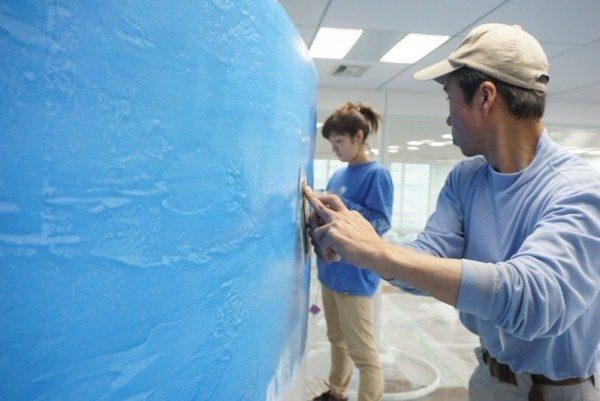 白と青のグラデーションの壁