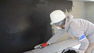 ミダスメタル Midas Metall 左官職人が壁面にミダスメタル青銅ラスティックを塗っている