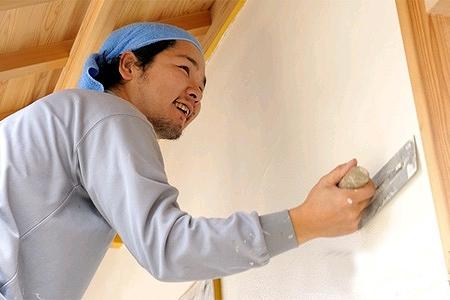 左官職人さんが壁を塗っている画像