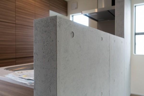 住宅内部でコンクリート打ち放しの壁