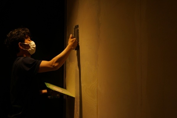 男性職人さんオルトレマテリア施工中の様子