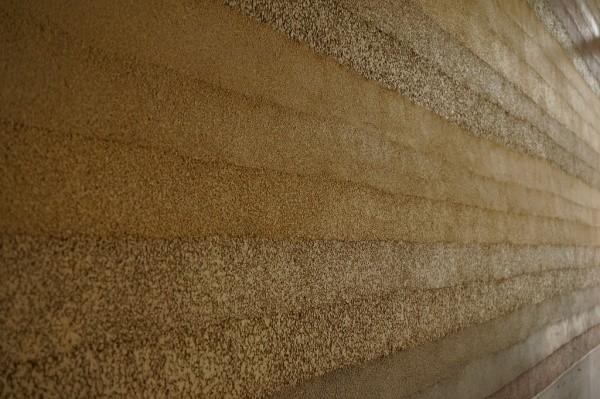 マンションのエントランス塗り版築仕上げ壁アップ画像