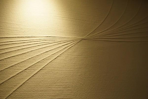 素材を貼り上から塗ることで曲線が描かれた壁画像曲線交差部分正面アングル