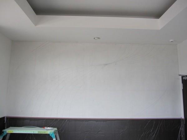 デザイン図の線を下書きした壁