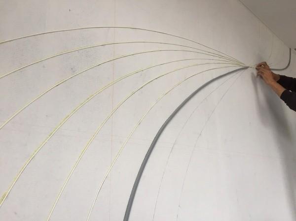 フェルトの原棒が貼りずらい部分にバックアップ材を使用する様子