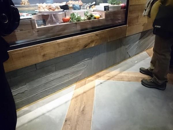 立ち上がりのうづくり木目調のモルタルと床セメント磨き仕上げ