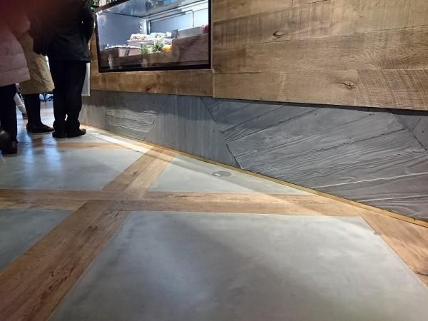 床のセメント磨きはフローリングのグリッドの中を仕上げています。