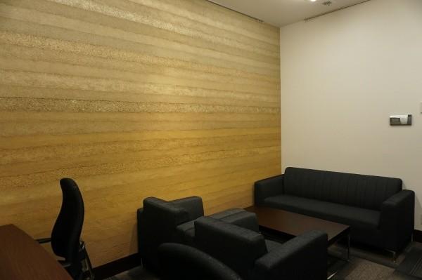 塗り版築壁を使用した会議室画像2