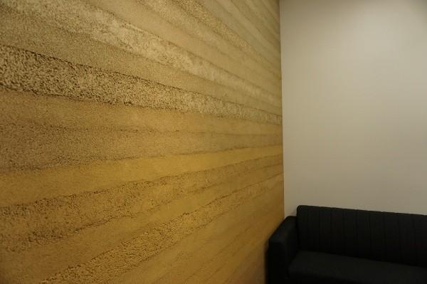 塗り版築壁を使用した会議室画像3
