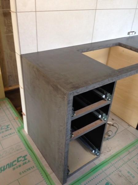 モールテックスで仕上げたキッチン引き出しが入る部分