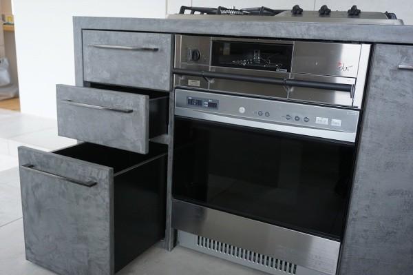モールテックス施工のキッチン、引き出しとオーブンとガス台