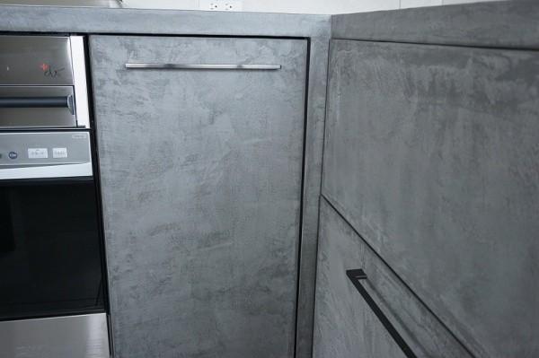 モールテックス施工のキッチン、コーナーの扉部分